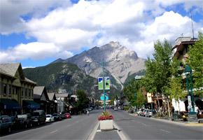 Vpozadí Cascade Mountain nad Banffom.
