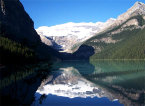 Lake Louise obklopený krásnymi horami.